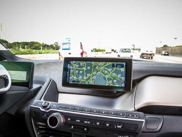 No painel tudo é digital. GPS conta com acesso à internet