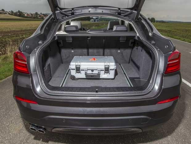 O porta-malas do X4 é visivelmente inferior ao dos rivais