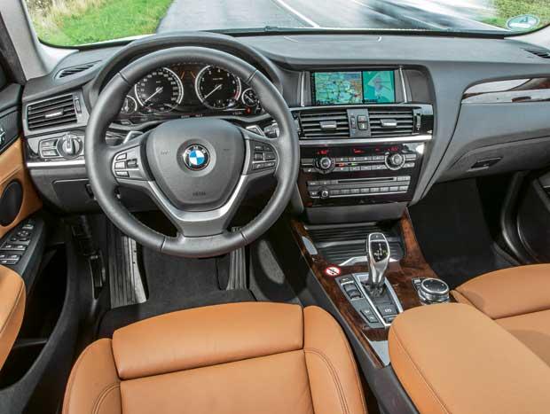 O painel do X3, embora conte com navegador, volante multifunção e outros equipamentos, exibe muitas partes plásticas que não condizem com um veículo de sua categoria