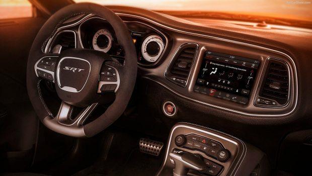Interior é idêntico ao Challenger; Volante é similar ao do Renegade