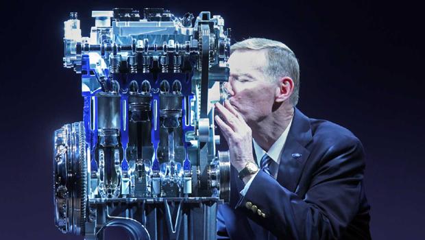 Alan Mulally, ex-presidente da Ford, beija o novo motor EcoBoost