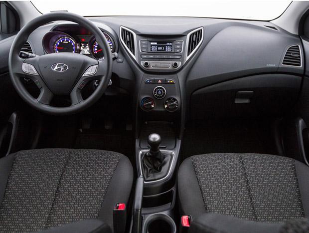 O interior do HB 1.0 Comfort Plus é simples e bem acabado
