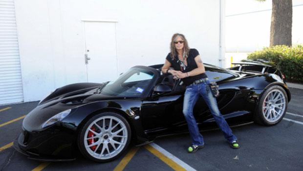 Vocalista do Aerosmith posa ao lado do superesportivo