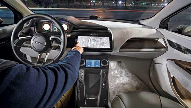 Cabine do I-Pace é bem moderna, com telas touchscreen no console