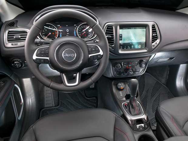 Interior segue padrão refinado e bem montado da Jeep