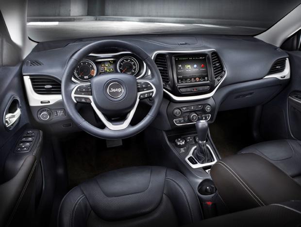 Trata-se de um SUV de luxo, mas de tamanho médio. A grande novidade é o câmbio de 9 marchas, automático ou manual, com trocas pela própria alavanca