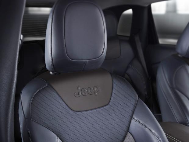 A marca Jeep aparece em vários locais, até no encosto do banco