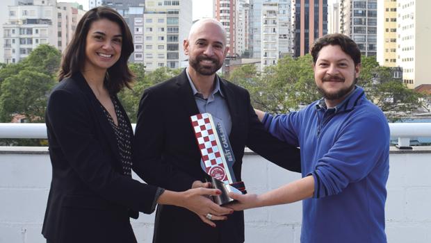 LUBRIFICANTES: Raquel Sampaio (gerente de marca e comunicação Shell), Hasan Allgayer (vice-presidente da lubrificante Shell Brasil) e Fabio Antunes de Figueiredo (diretor geral da Revista CARRO)