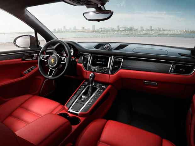 O interior da versão Turbo, a top, tem tudo a ver com um esportivo