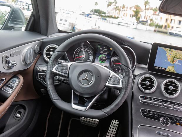Interior segue o padrão de refinamento clássico da Mercedes