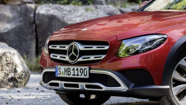 A dianteira traz a nova identidade visual da Mercedes-Benz