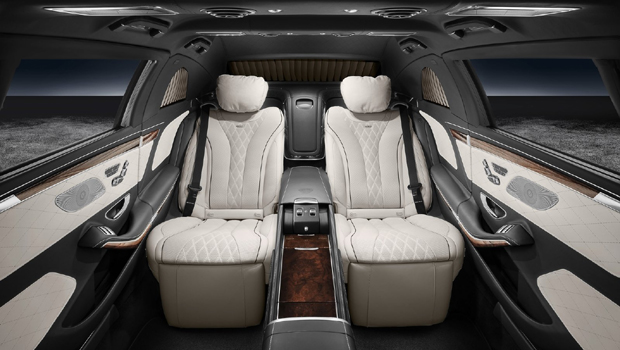 Assentos traseiros individuais são reclináveis e ajustáveis