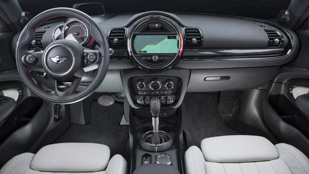 Interior segue o mesmo estilo cheio de botões do restante da marca