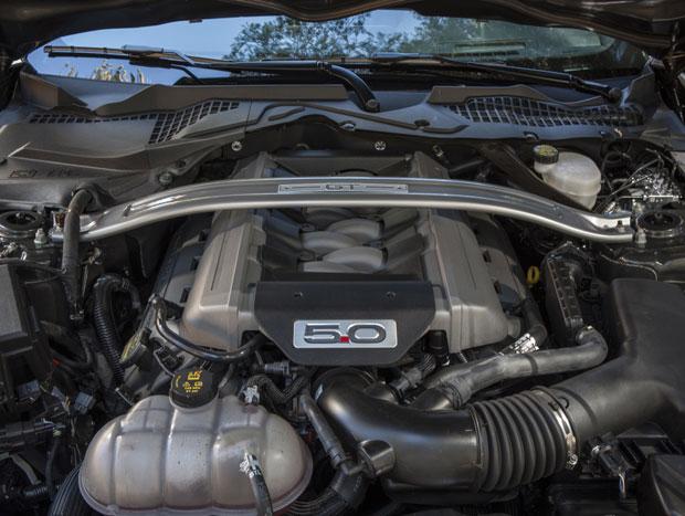 O motor V8 possui coletor de admissão feito de material compósito e comando variável