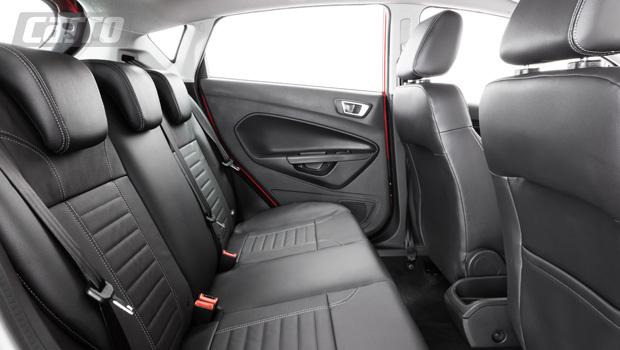 Bancos de couro, assim como os sete airbags, são exclusivos da versão Titanium Plus