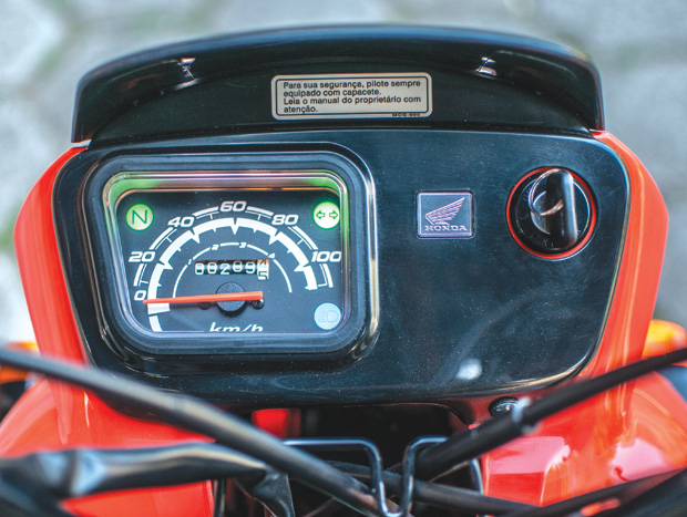 O painel da Pop 100 possui apenas velocímetro, hodômetro total e indicadores de neutro, seta e farol alto