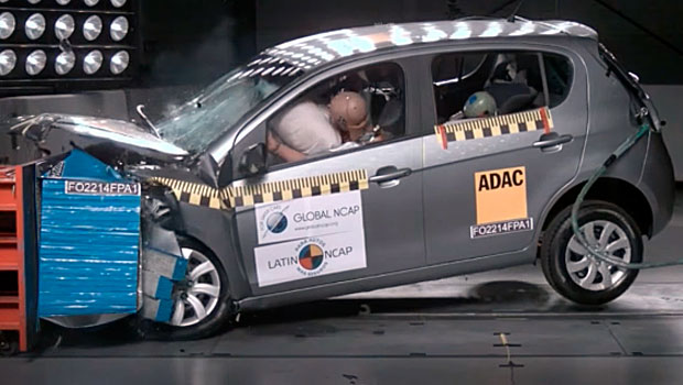 Fiat Palio durante crash test do Latin NCAP