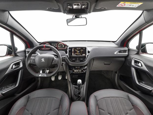 Interior do 208 GT tem detalhes vermelhos e que imitam fibra de carbono