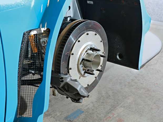 Poderosos freios não possuem ABS: é preciso saber dosá-los