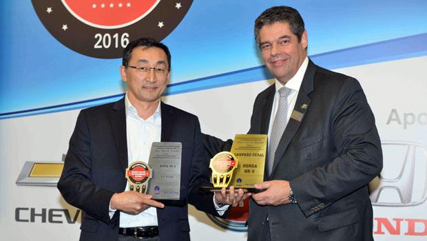 Roberto Akiyama, da Honda, recebe selo de Antonio Megale, da Anfavea