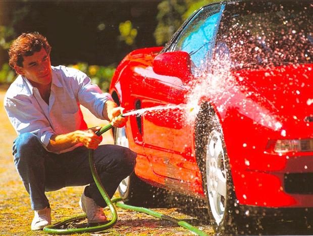 Famosa imagem de Ayrton Senna lavando seu NSX vermelho