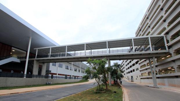 Passarela faz ligação do edifício-garagem (dir.) com o pavilhão