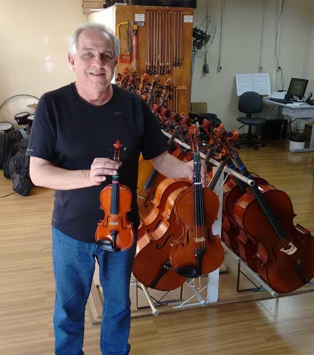 Vittorio Luis Broetto cuida do acervo do instituto. São 800 instrumentos