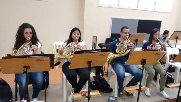 Crianças praticam música erudita para a Orquestra de Heliópolis