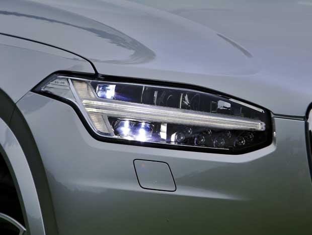 """Detalhe da assinatura de LED do """"martelo de Thor"""" da Volvo"""