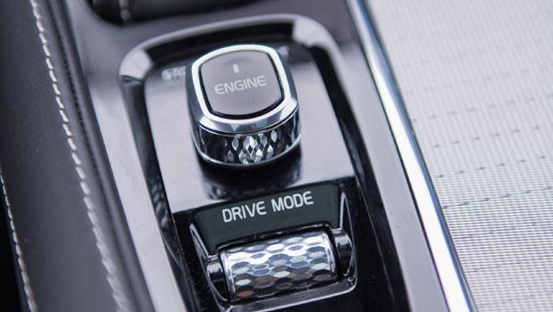 Os modos de condução são selecionados por este botão no console