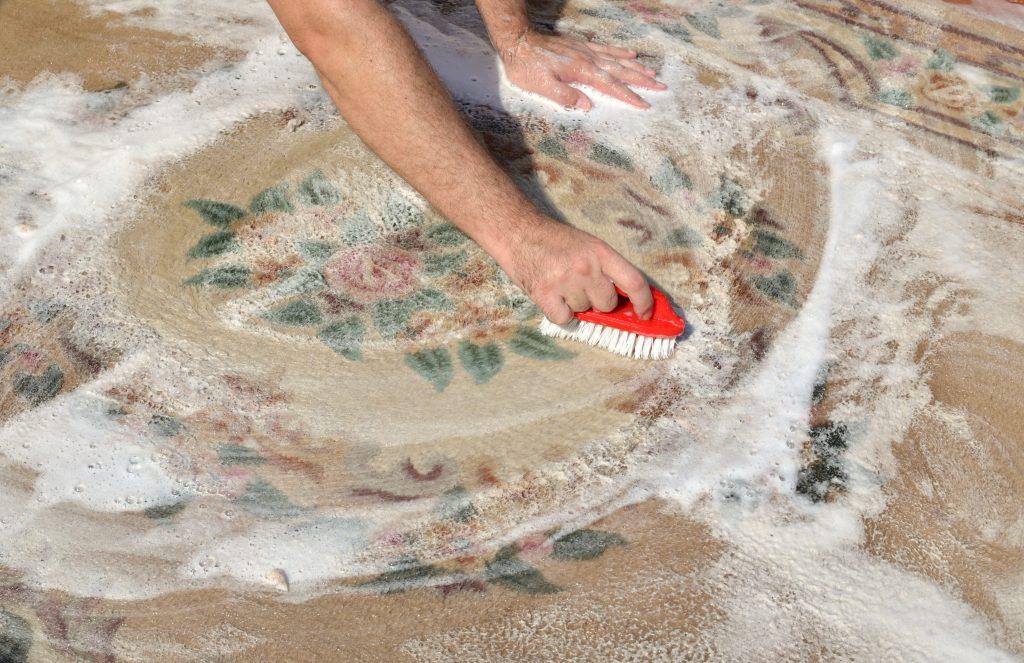 Lavar tapete: saiba como limpar tapete a seco e na máquina