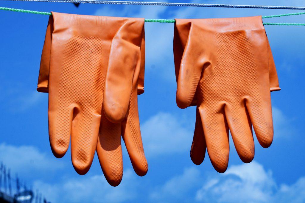 Luvas de limpeza: conheça os tipos e saiba como higienizar