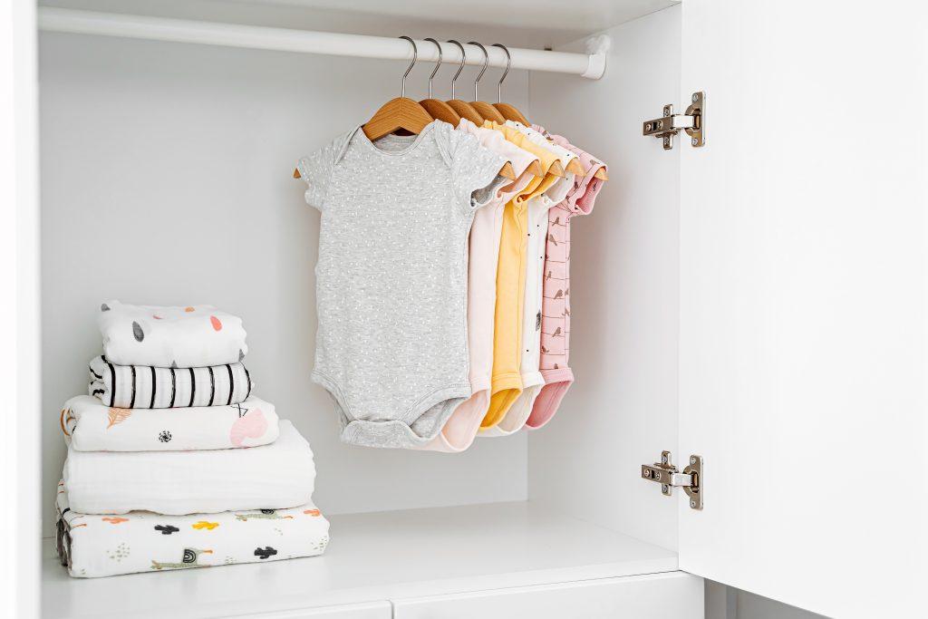 Como organizar guarda-roupa de bebê