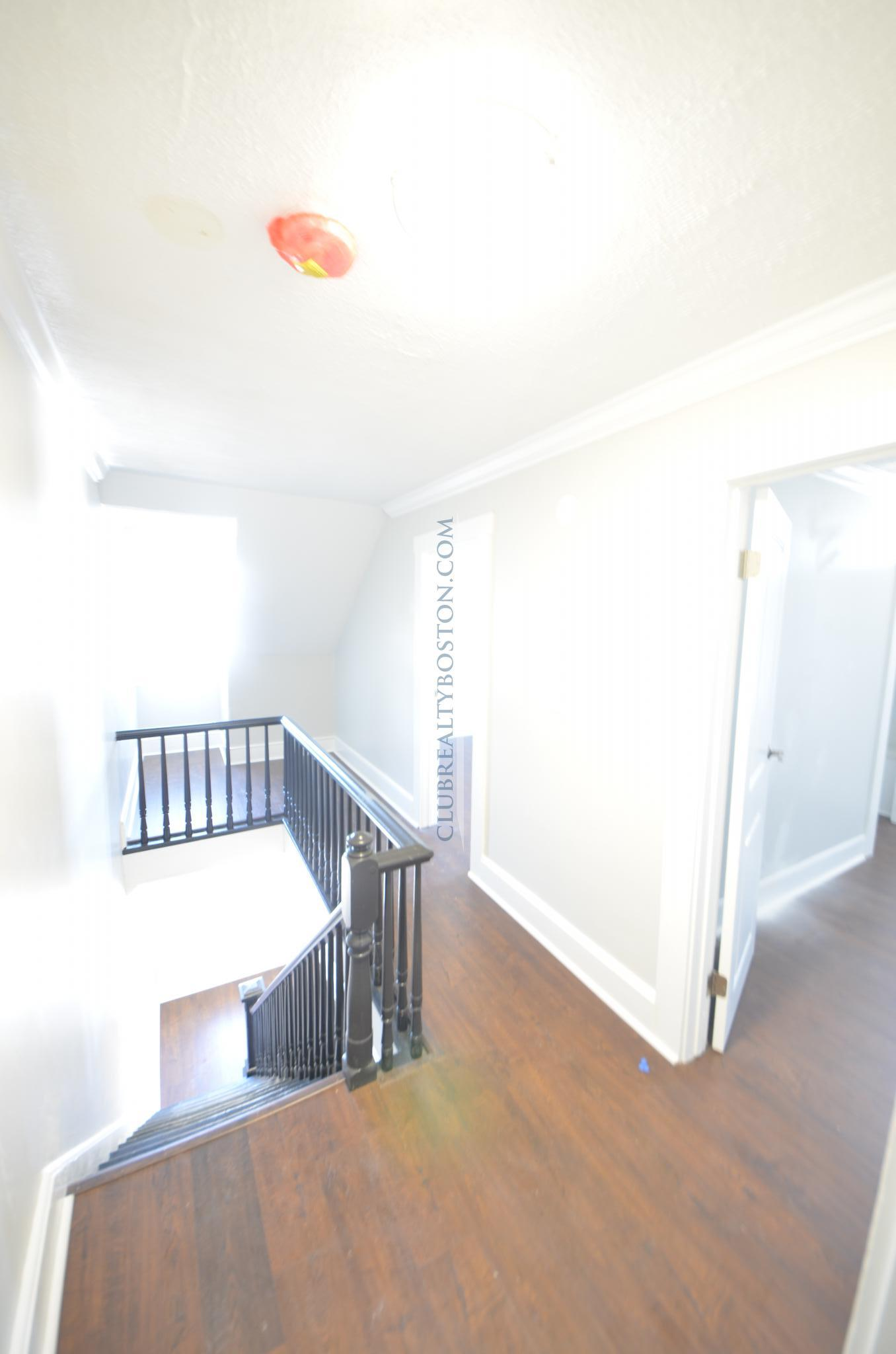 Private Room in 4 bed Duplex on 2 Floors w/ Parking~Laundry in unit