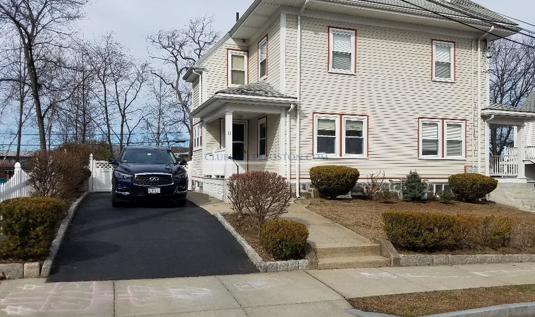 Large 4 bed Duplex w Off street parking~3 floors~Free Laundry