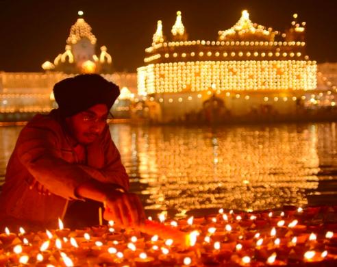 A celebração também é feita pelos sikhis, muitas vezes por lendas diferentes dos hindus, mas o Diwali é comemorado por quase todas as religiões da Índia.