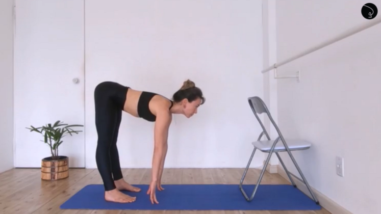 aula de yoga com cadeira