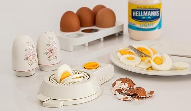 sliced boilde eggs