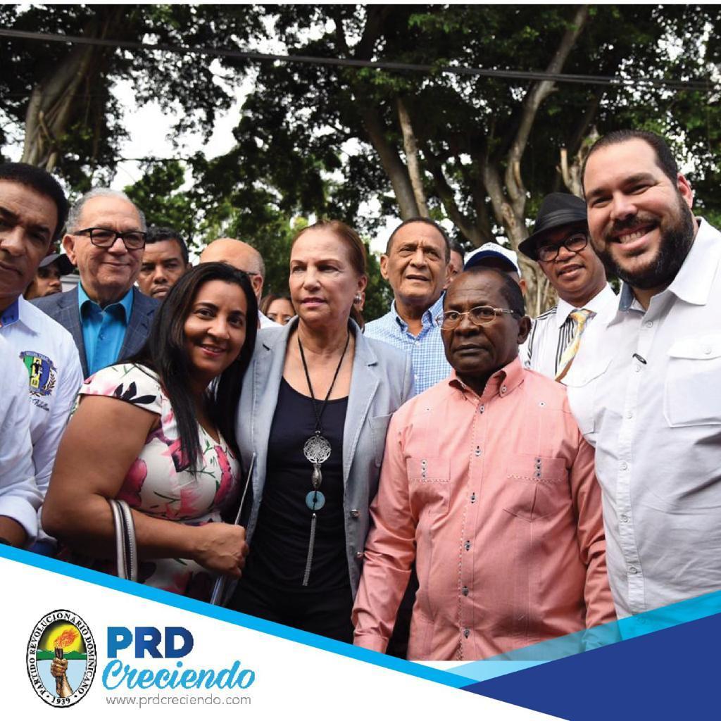 """Juan Brito Reyes """"Mqniquí"""" al ser proclamado por altos dirigentes del PRD como precandidato a alcalde en Haina/Foto Prensa del PRD"""