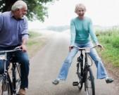 older-couple-on-bikes