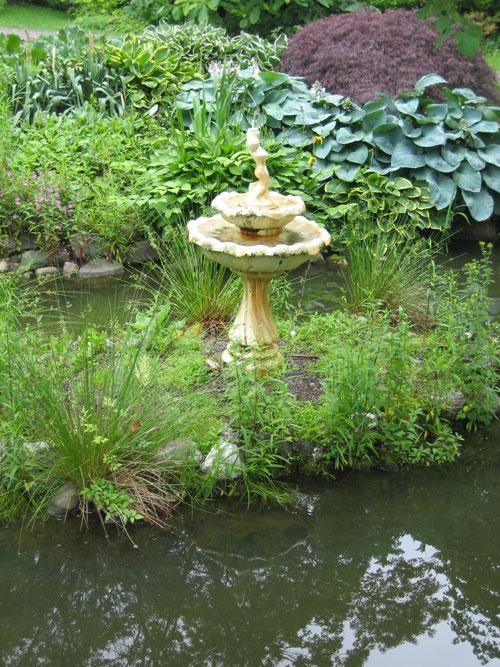 QM2-cruise,-Halifax-public-gardens,-hostas-and-fountain-(2)