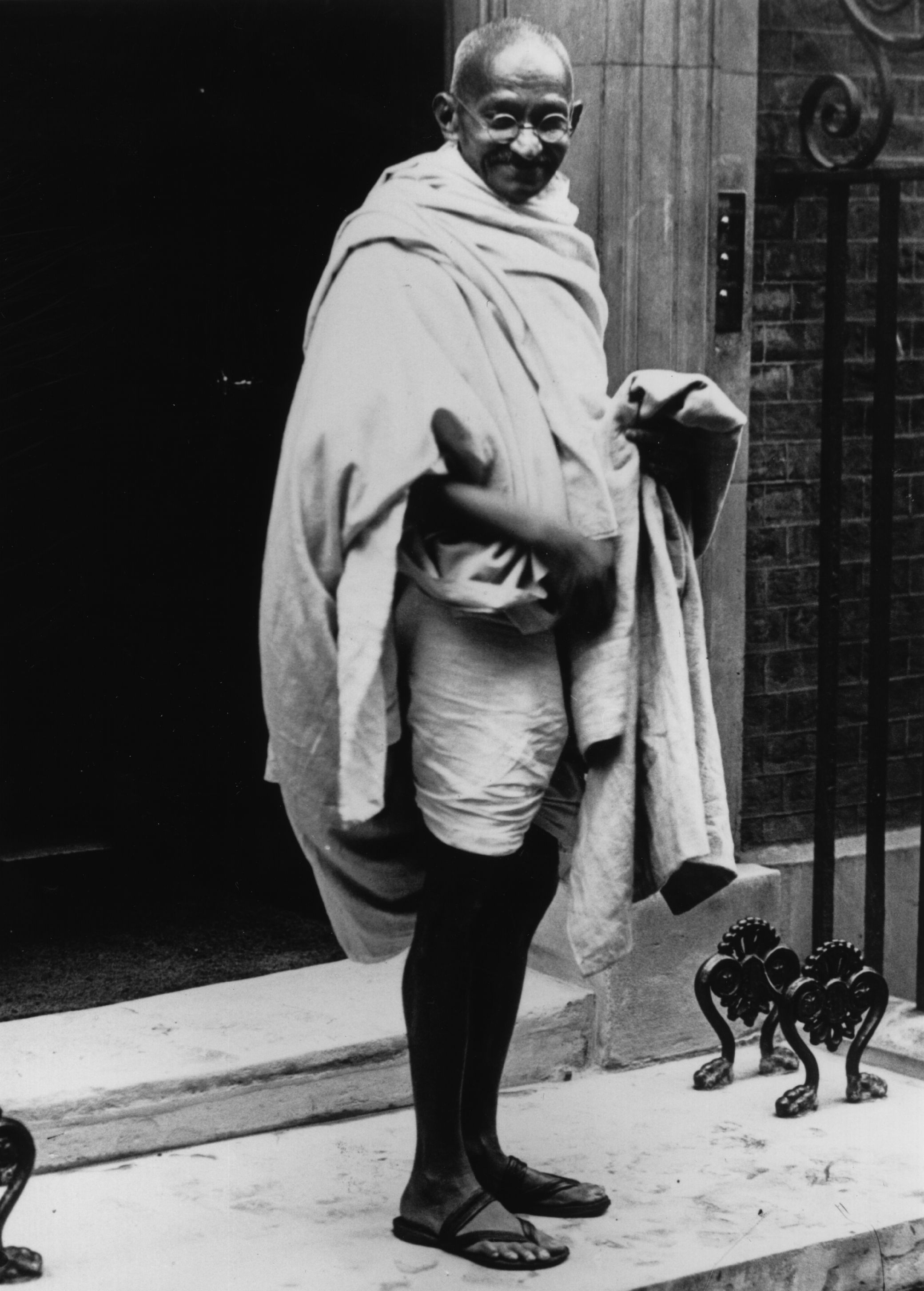 3rd November 1931: Mahatma Gandhi (Mohandas Karamchand Gandhi, 1869 - 1948) arriving at No 10 Downing Street, London, for a conference with Prime Minister Ramsay Macdonald. (Photo by J. Gaiger/Topical Press Agency/Getty Images)