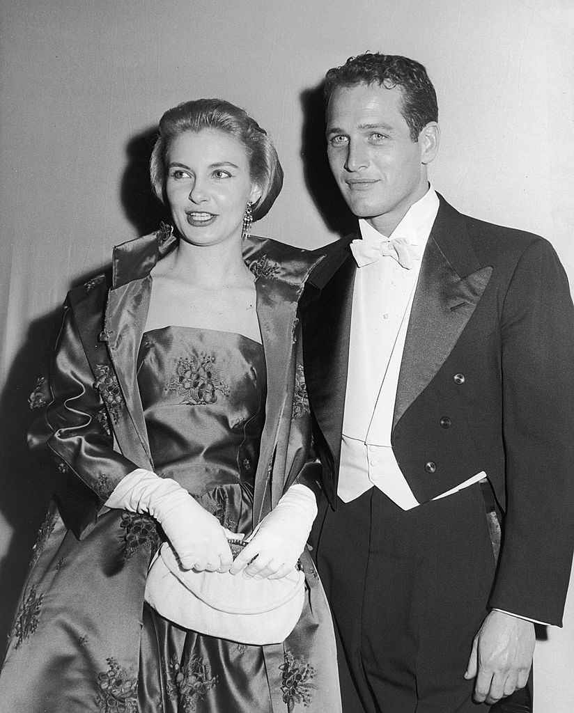Married American actors Paul Newman and Joanne Woodward pose together wearing formal evening wear while attending the Academy Awards, California, circa 1964. (Photo by Bruce Bailey/Getty Images)