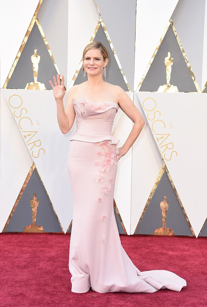 Jennifer Jason Leigh arrives on the red carpet for the 88th Oscars on February 28, 2016 in Hollywood, California. AFP PHOTO / VALERIE MACON / AFP / VALERIE MACON (Photo credit should read VALERIE MACON/AFP/Getty Images)