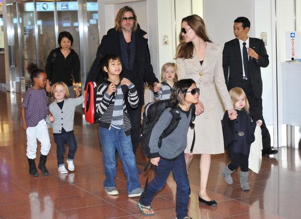 TOKYO, JAPAN - NOVEMBER 08: Brad Pitt, Angelina Jolie and their six children Maddox, Pax, Zahara, Shiloh, Knox, and Vivienne arrive at Haneda International Airport on November 8 in Tokyo, Japan. (Photo by Jun Sato/WireImage)