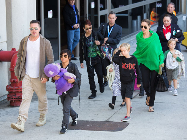 LOS ANGELES, CA - FEBRUARY 05: Brad Pitt and Angelina Jolie are seen after landing at Los Angeles International Airport with their children, Pax Jolie-Pitt, Maddox Jolie-Pitt, Shiloh Jolie-Pitt, Vivienne Jolie-Pitt and Knox Jolie-Pitt on February 05, 2014 in Los Angeles, California. (Photo by GVK/Bauer-Griffin/GC Images)