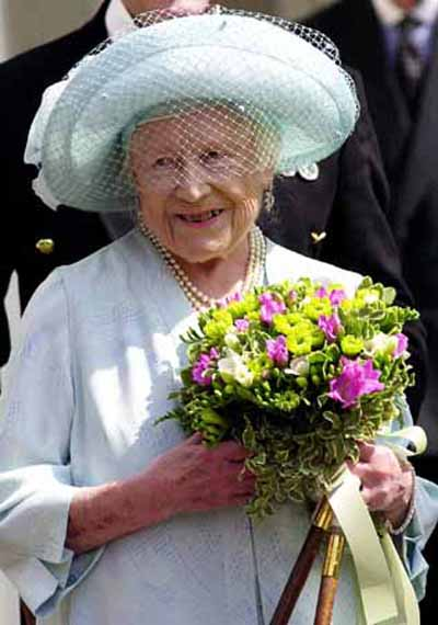 Queen Elizabeth, The Queen Mother, appears at the main gates to Clarence House before taking the salute on her 100th birthday, August 4, 2000. Thousands of people have flocked to the streets outside Buckingham Palace to cheer the Queen Mother, the longest living royal in the history of the British monarchy. REUTERS/Rebecca Naden/Pool