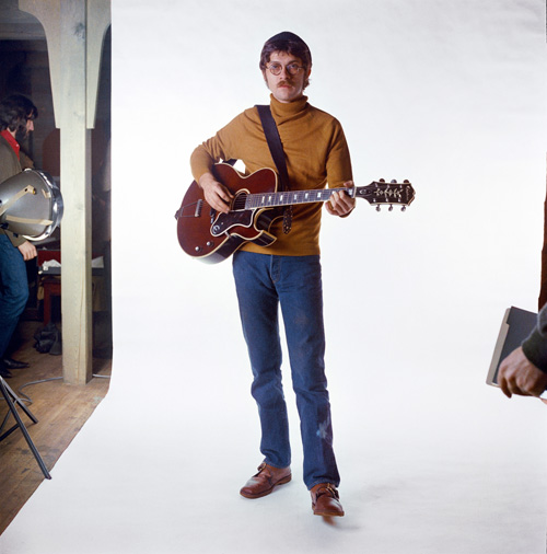 SAUGERTIES, NY - 1969: Robbie Robertson of the roots rock group The Band poses for a portrait in 1969 in Saugerties, New York. (Photo by David Attie/Getty Images)