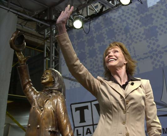 ap-mary-tyler-moore-minneapolis-sculpture-unveiling-2002-photo-ann-heisenfelt