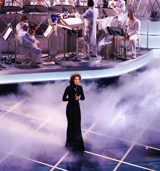 Celine Dion performs at the 1998 Oscars